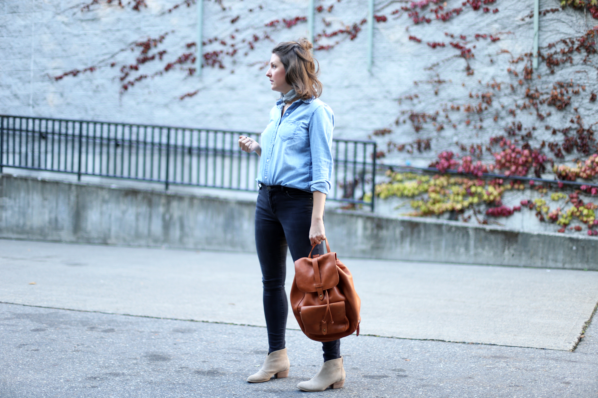 Love this all jean outfit with a cognac leather backpack and minimalist accessories.