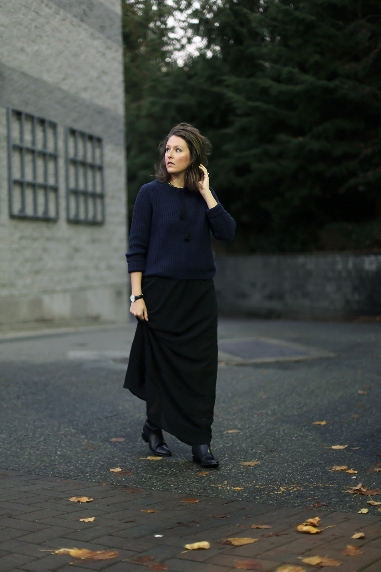 How to style a maxi dress in the fall. Love this minimalist fall look.