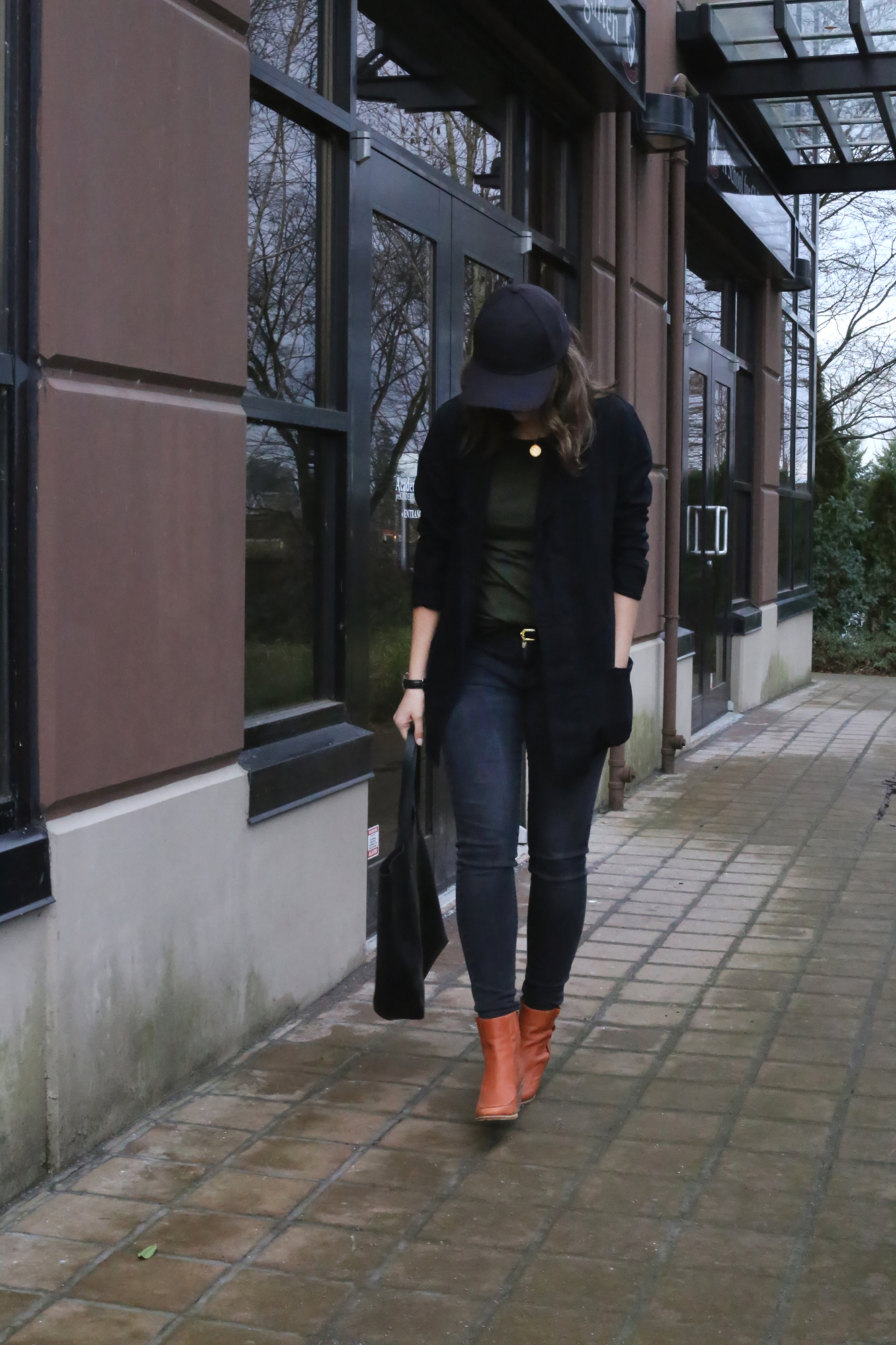 OMG this is pure street style outfit perfection. Love this minimalist outfit and black baseball cap.
