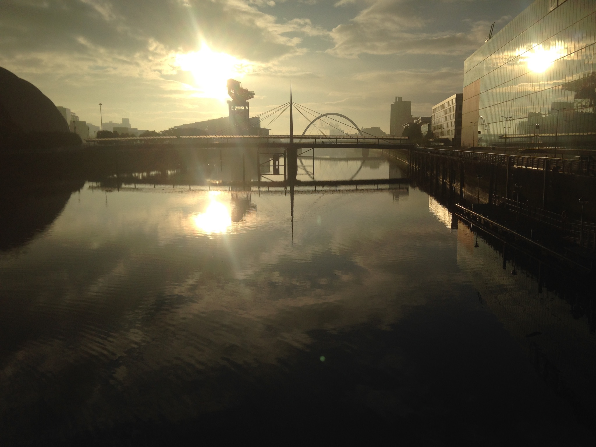 Sunrise on the River Clyde whilst the 5km run started.