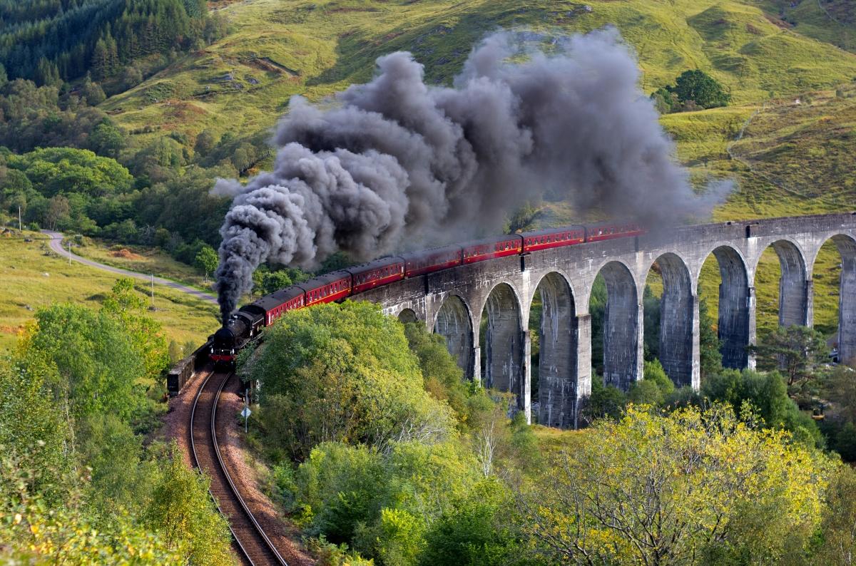 Glenfinnan_Viaduct_Train.jpg