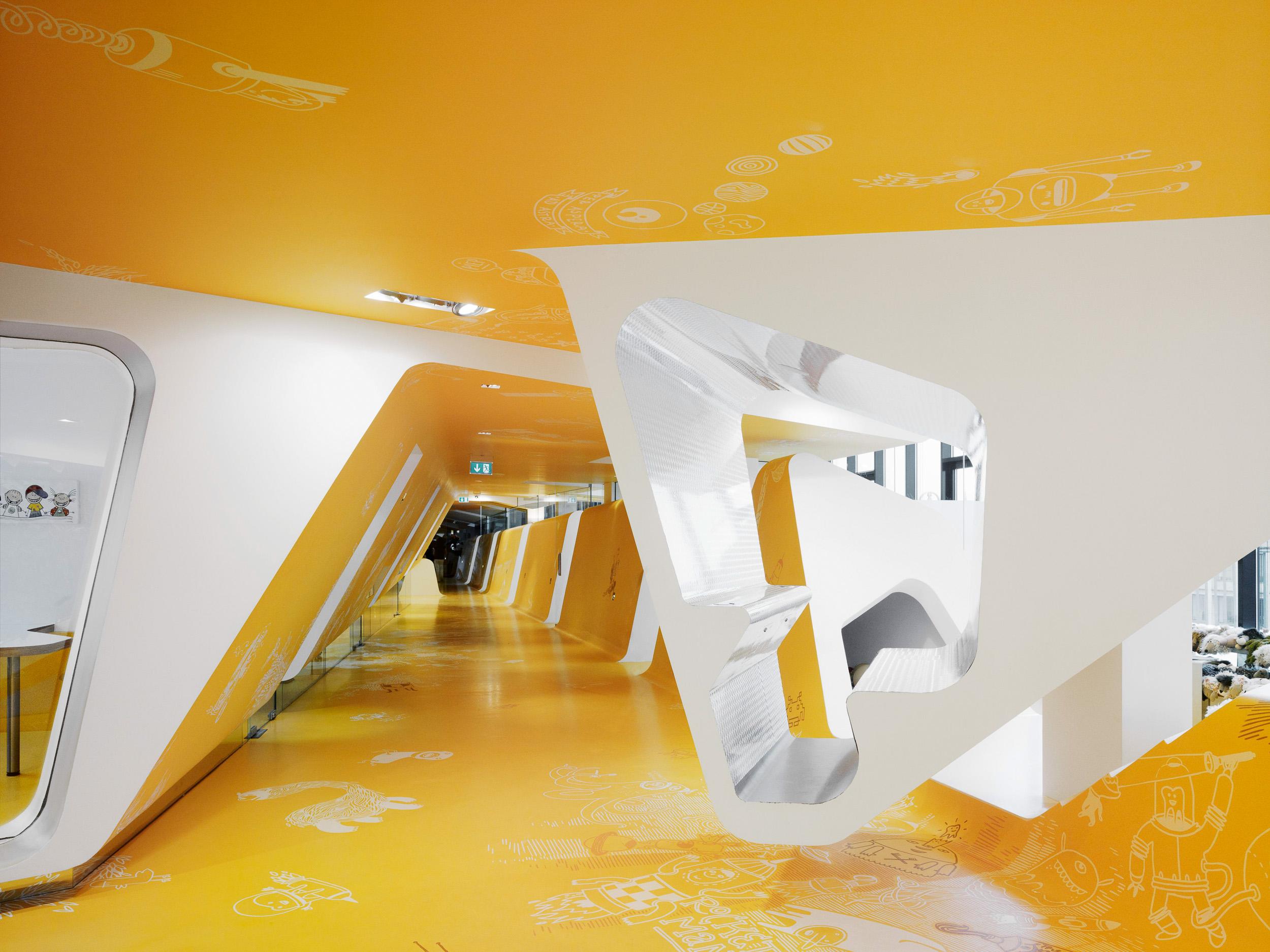 Flur-KU64-Kinderzahnarzt-Berlin-Graft-Architekten-HIBR_D_00054710_SEND-2.jpg
