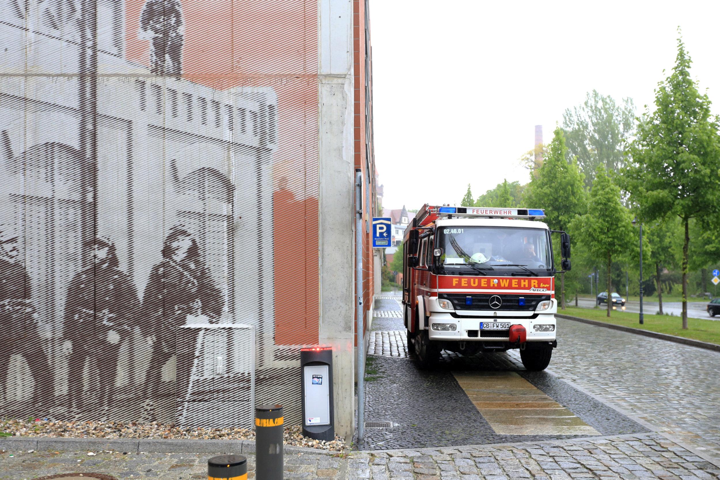 Feuerwehr_Wandbild_Fassadenmalerei_Parkhaus_Rasterbild