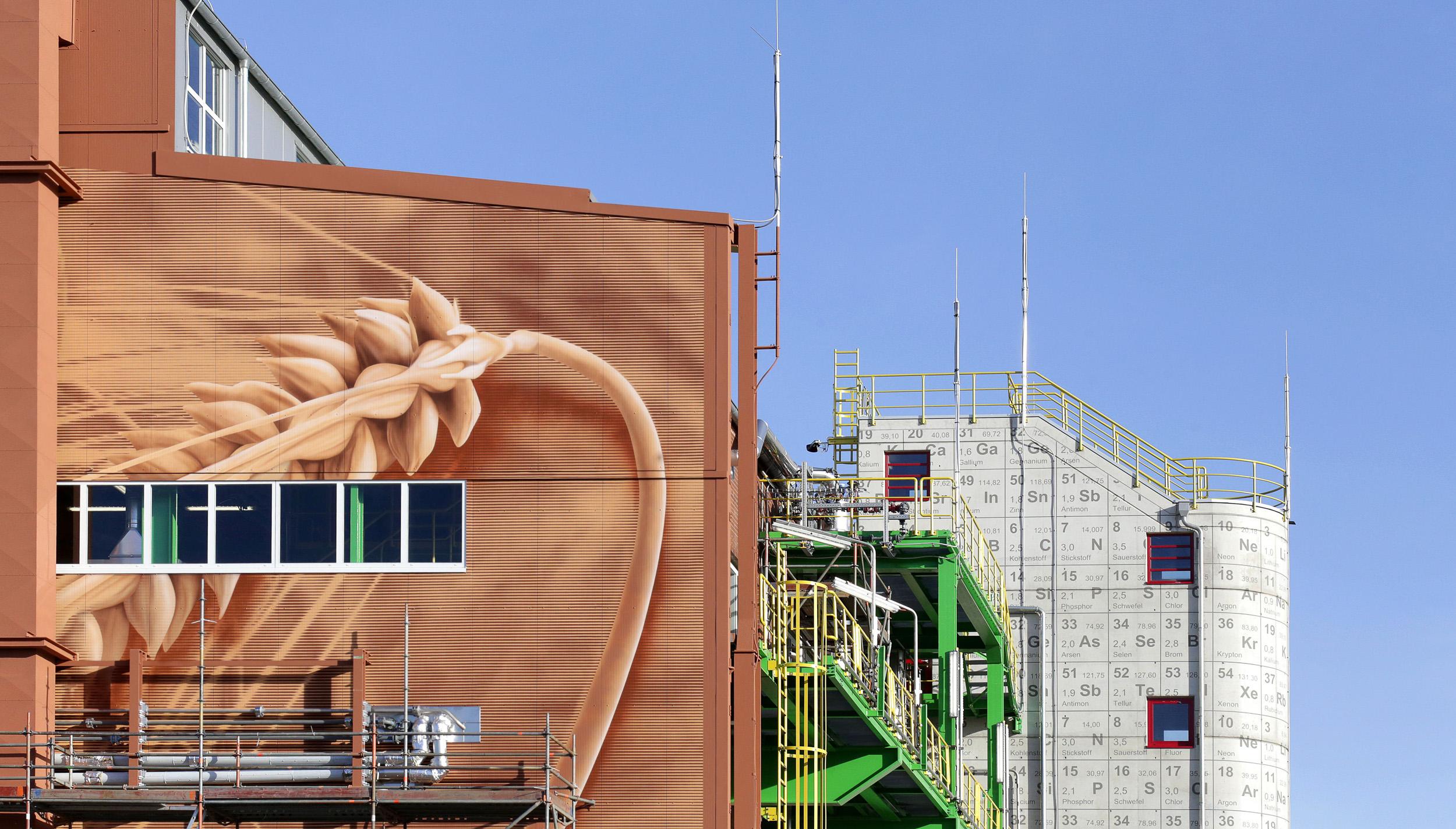 Fassadengestaltung-Industrie-Bayer-Dormagen-trapezblech-verkleidung-treppenhaus-beton-beschriftung.jpg