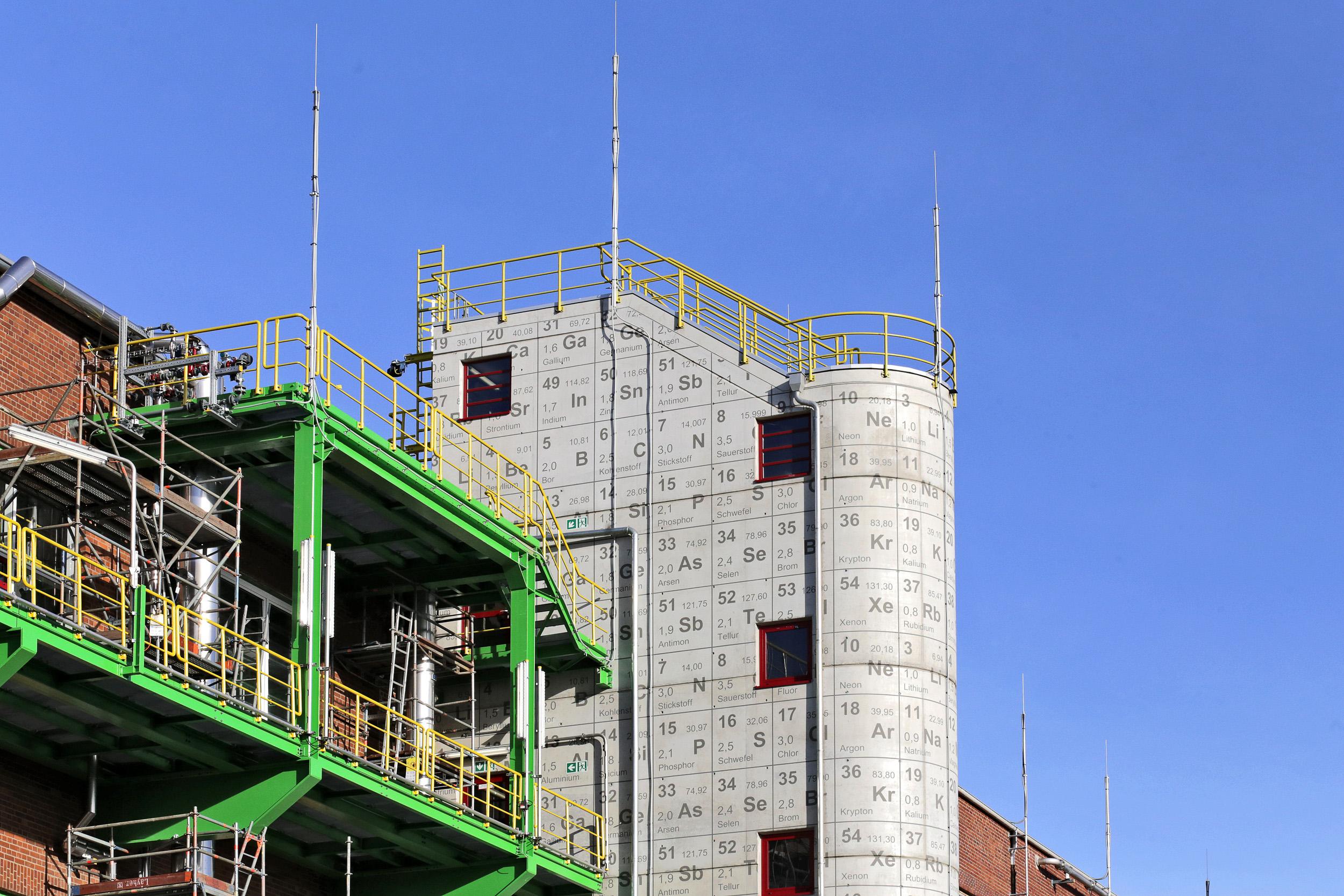 Fassadengestaltung-Industrie-Bayer-Dormagen-treppenhaus-chemie-farbkonzept-modern.jpg