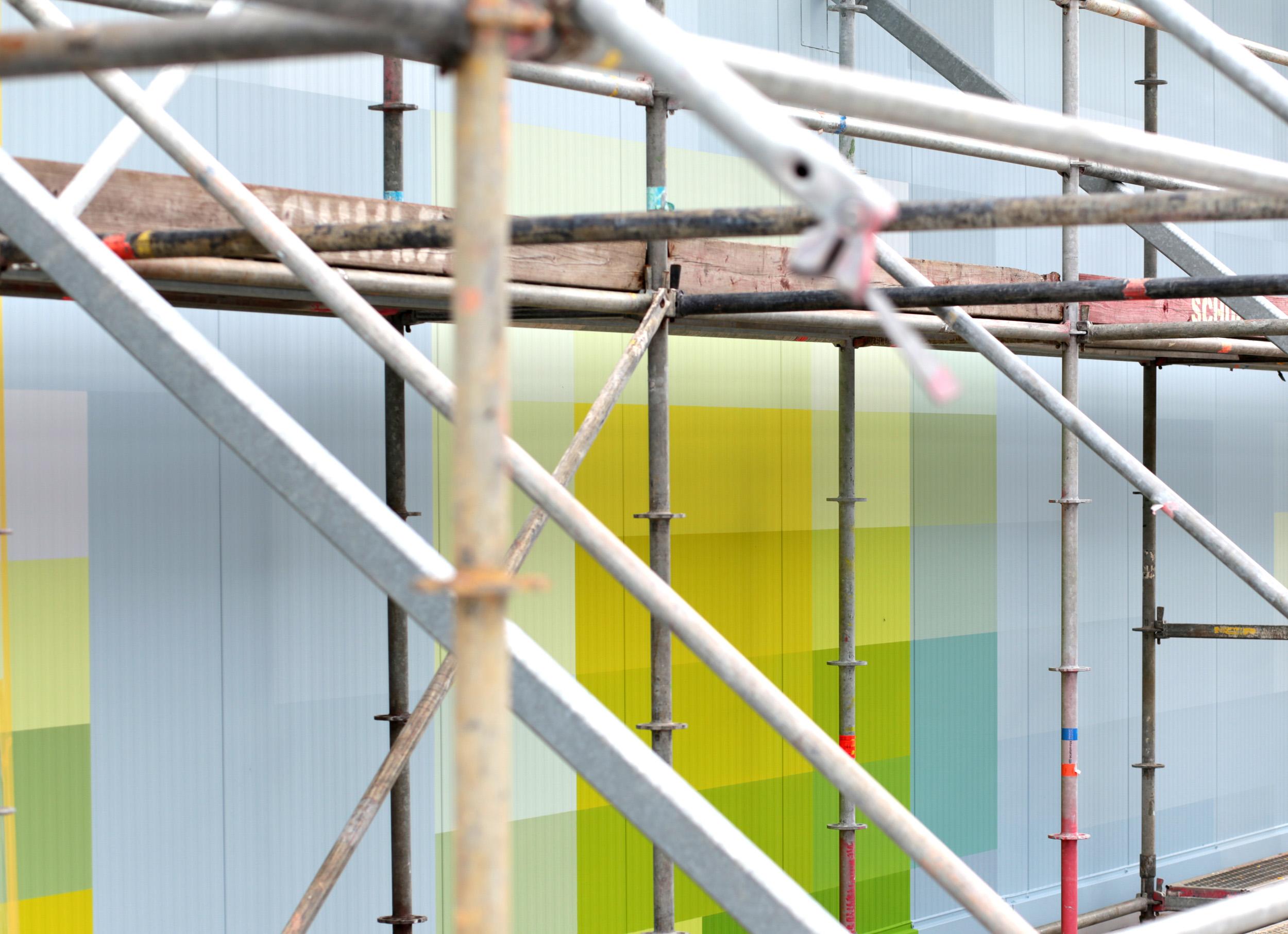 Fassadengestaltung-Industrie-Bayer-Monheim-Farbkonzept-Raps-Geruest-Beispiel.jpg