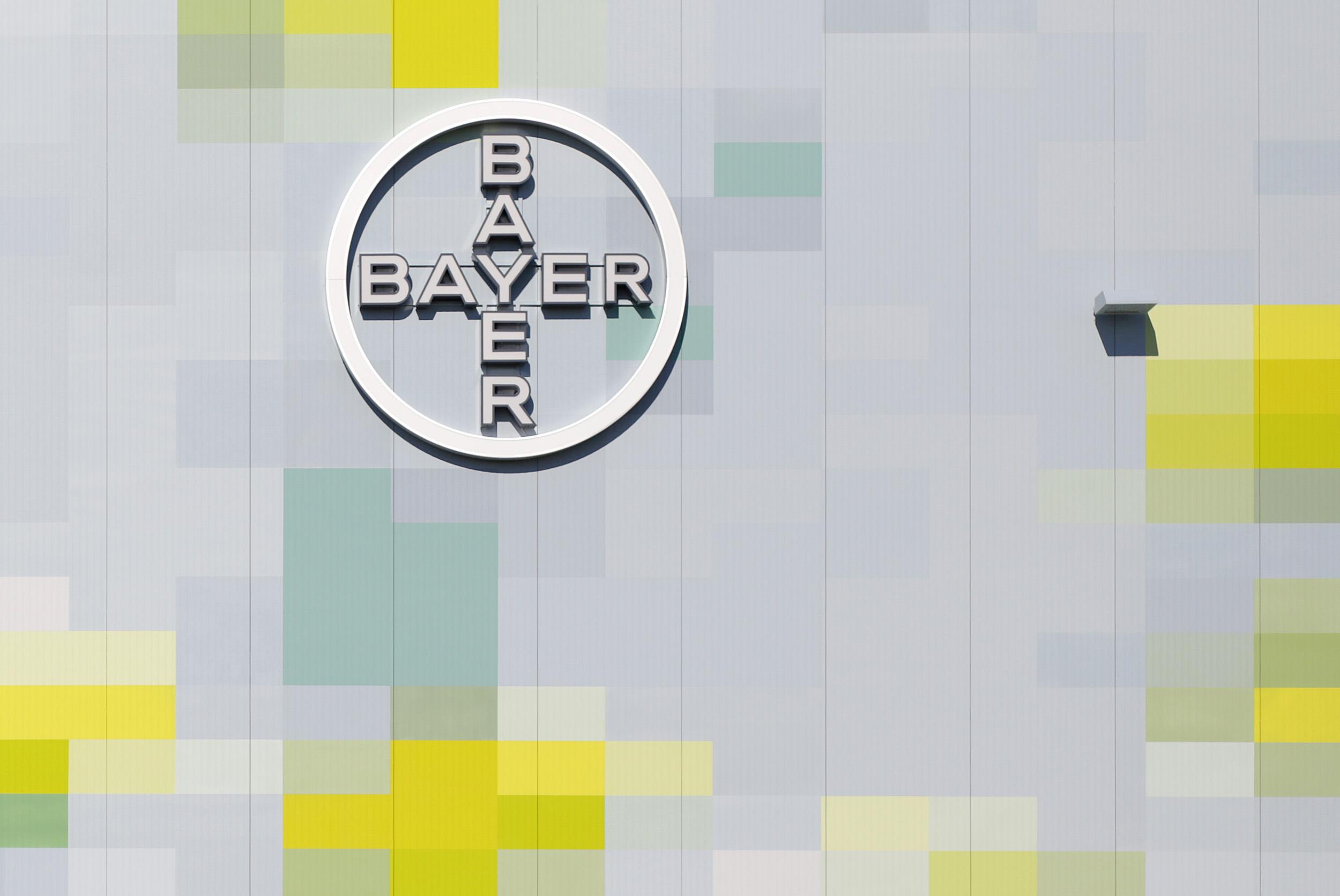 Fassadengestaltung-Industrie-Bayer-Monheim-lager-fassadenverkleidung-wand-logo-pixel-natur-umwelt-bilder.jpg
