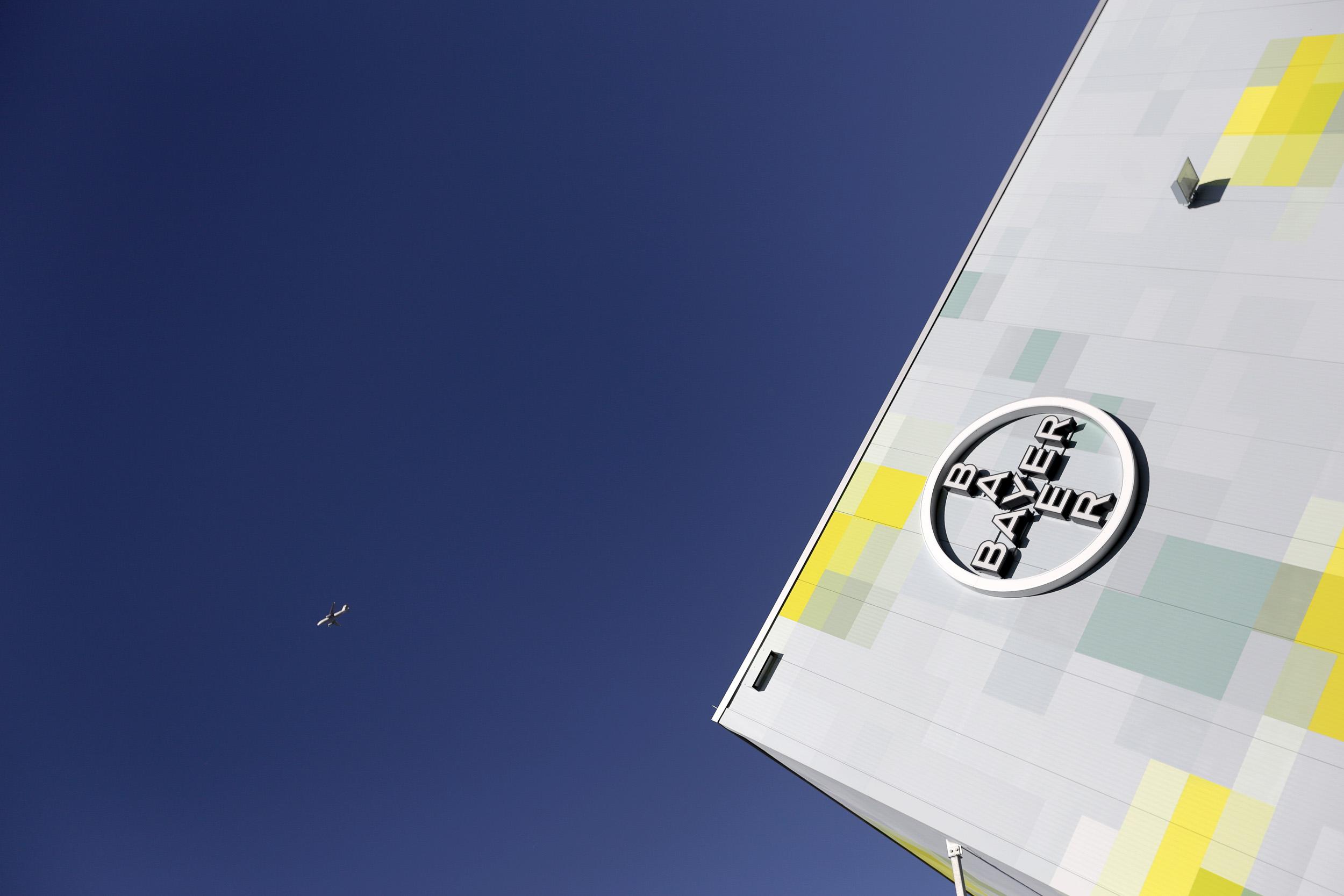 Fassadengestaltung-Industrie-Bayer-Monheim-Logo-Pixel-Art-Lager-Halle-Trapezblech-Metall.jpg