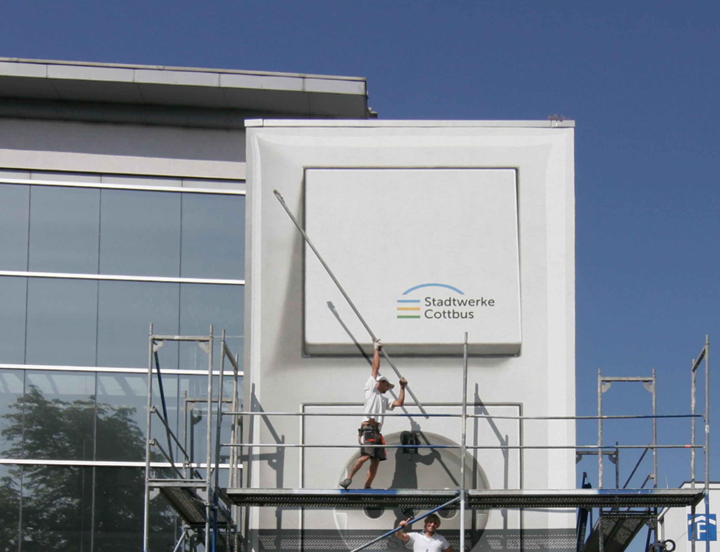 Fassadengestaltung-Industrie-Stadtwerke-Cottbus-Logo-Reklame.jpg