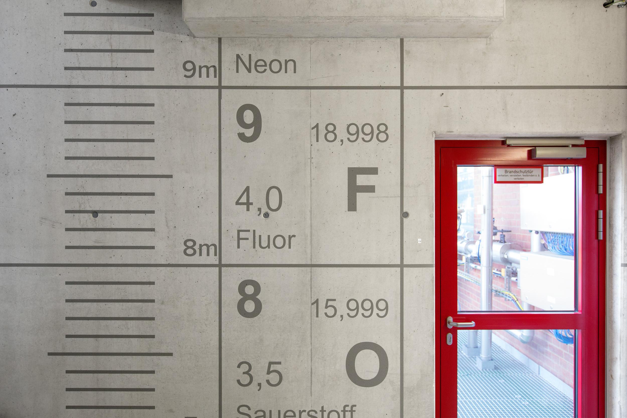 leitsystem-indoor-innen-bayer-industrie-treppenhaus-grau-metermaß-sicherheit.jpg