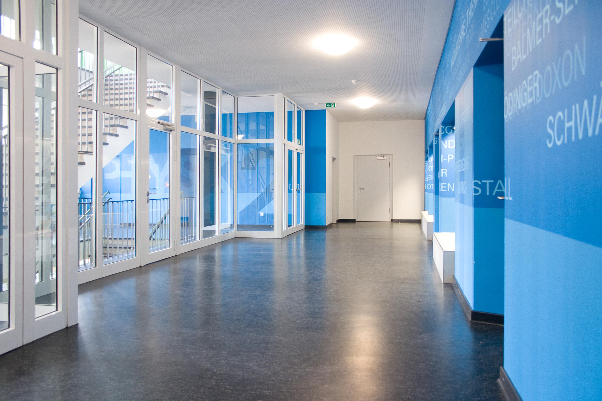 leitsystem-farbe-blau-schule-orientierung-tür-grafik.jpg