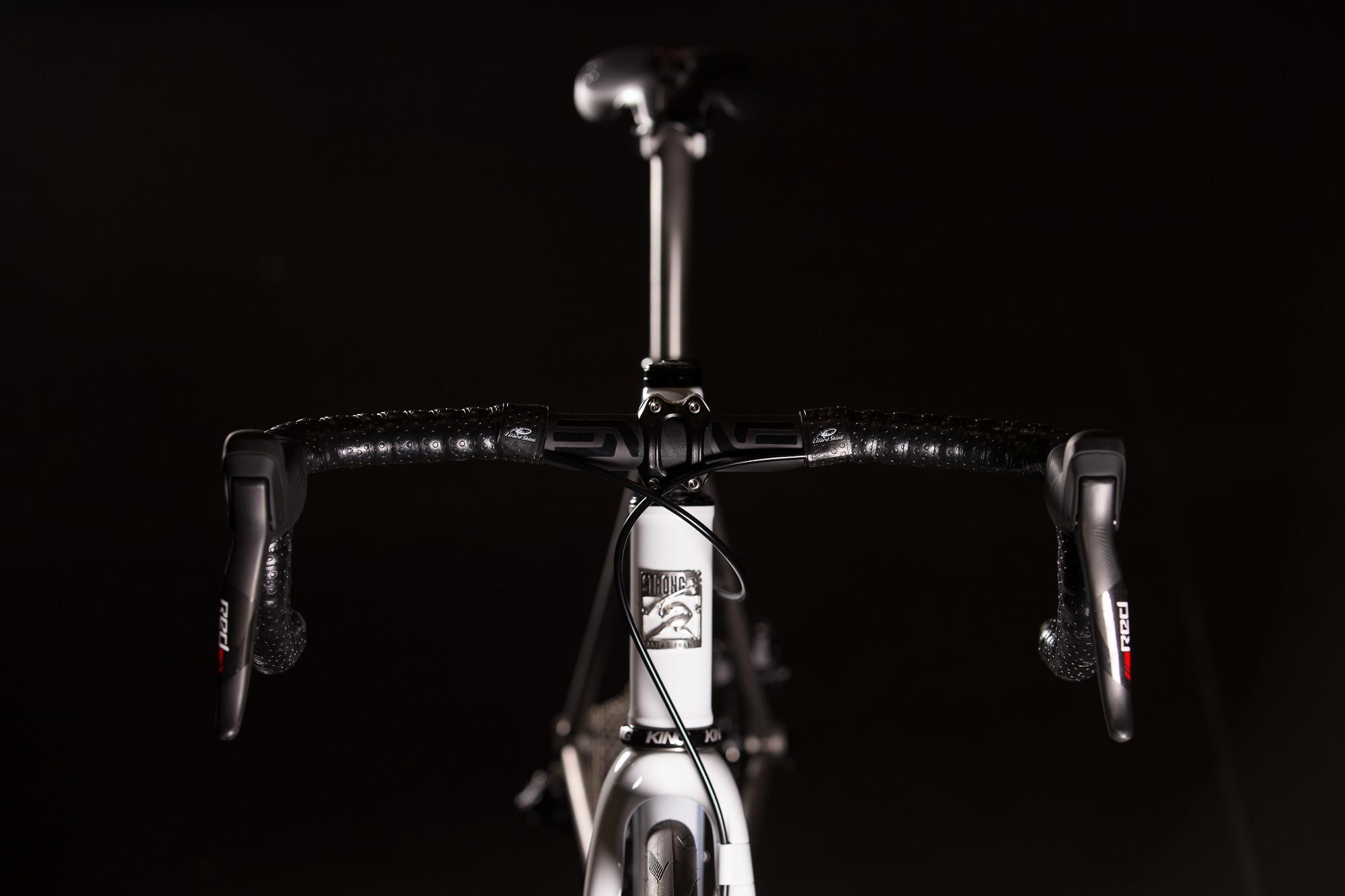 2016-NAHBS-Strong-Disc-Road-Bike-with-SRAM-RED-eTap-12-1335x890@2x.jpg