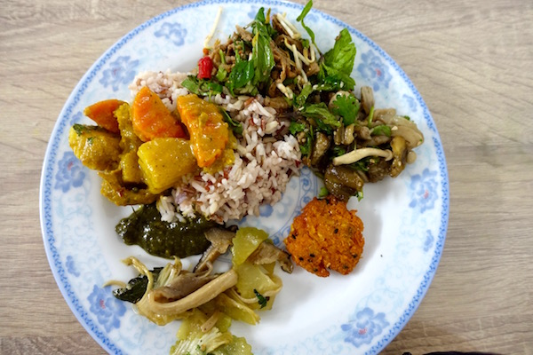 Vegetarian in Vientiane, Laos? Pile up your plate with an array of yummy vegetarian dishes at Veggie 103 - The Veggie Buffet has a great spread of genuine Lao vegetarian dishes - cooked fresh every day | Eat Drink Laos http://eatdrinklaos.com/blog/vientiane-veggie-buffet
