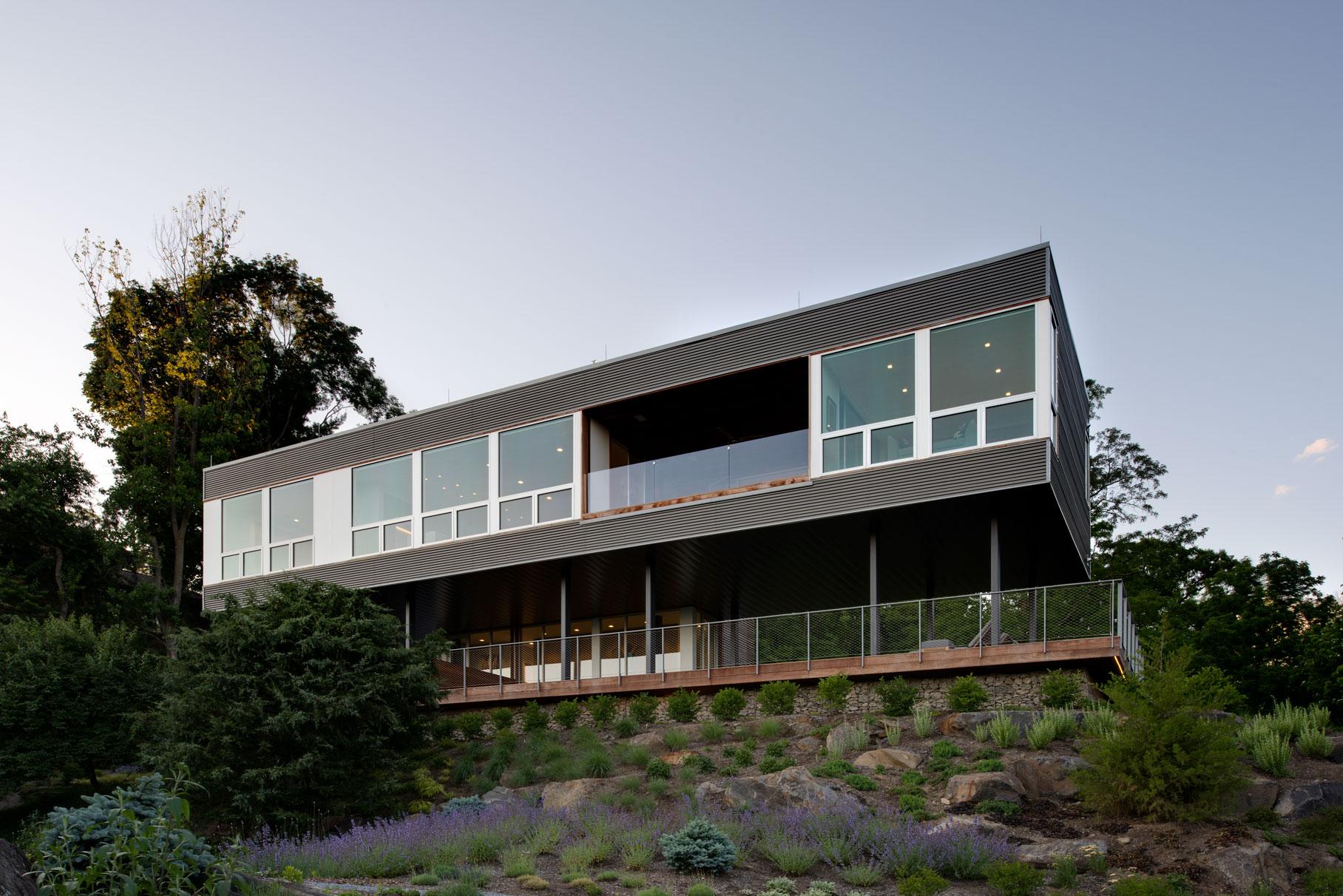 18-res4-resolution-4-architecture-modern-residential-hudson-river-house-crotononhudson-newyork-exterior-facade-elevation-landscape-dusk.jpg