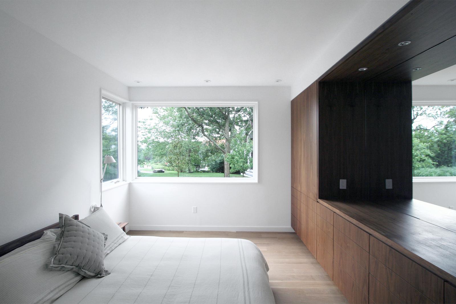 20-res4-resolution-4-architecture-modern-modular-house-prefab-home-north-fork-bluff-house-interior-bedroom-millwork.jpg