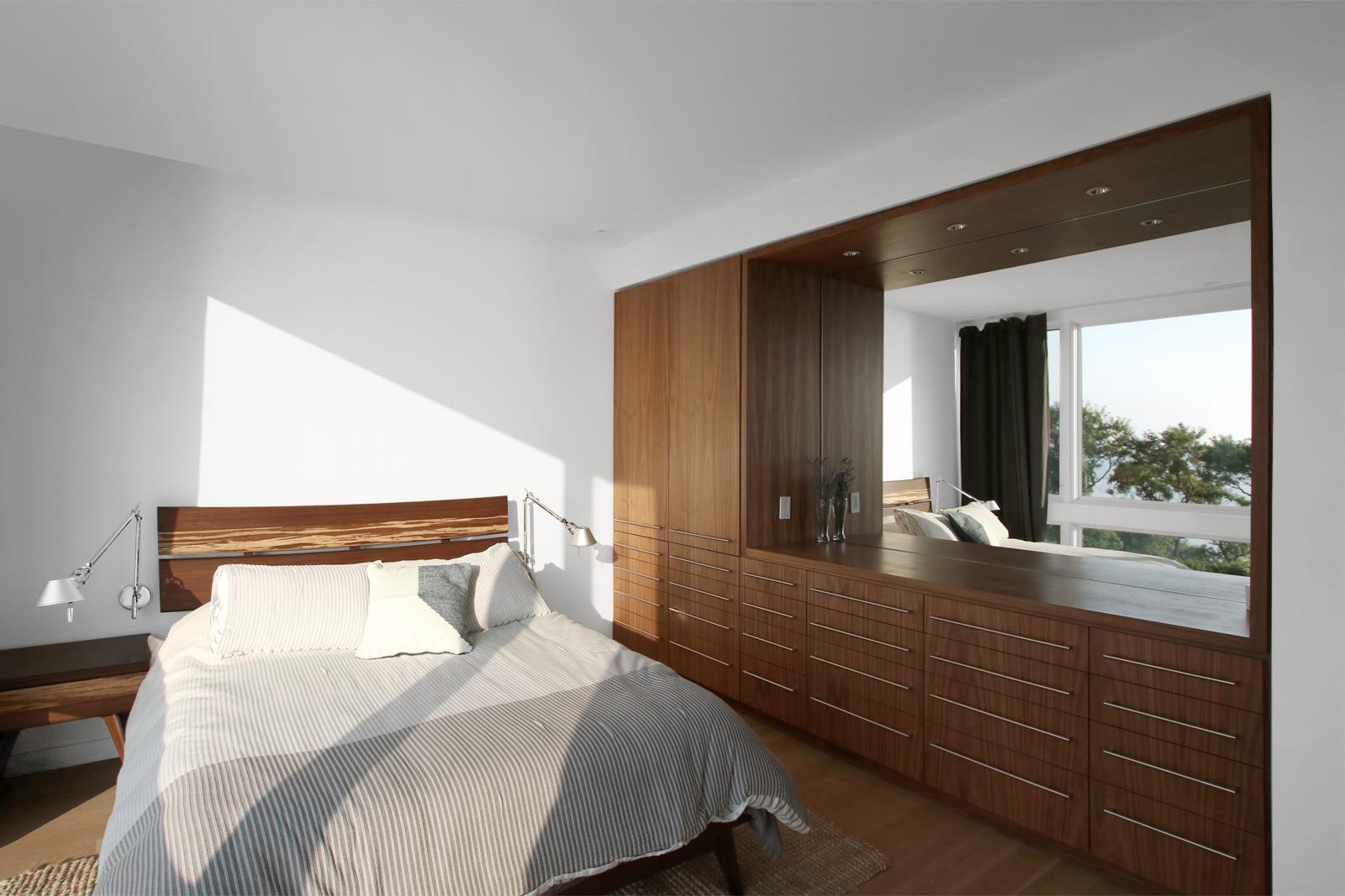 22-res4-resolution-4-architecture-modern-modular-house-prefab-home-north-fork-bluff-house-interior-bedroom-millwork.jpg