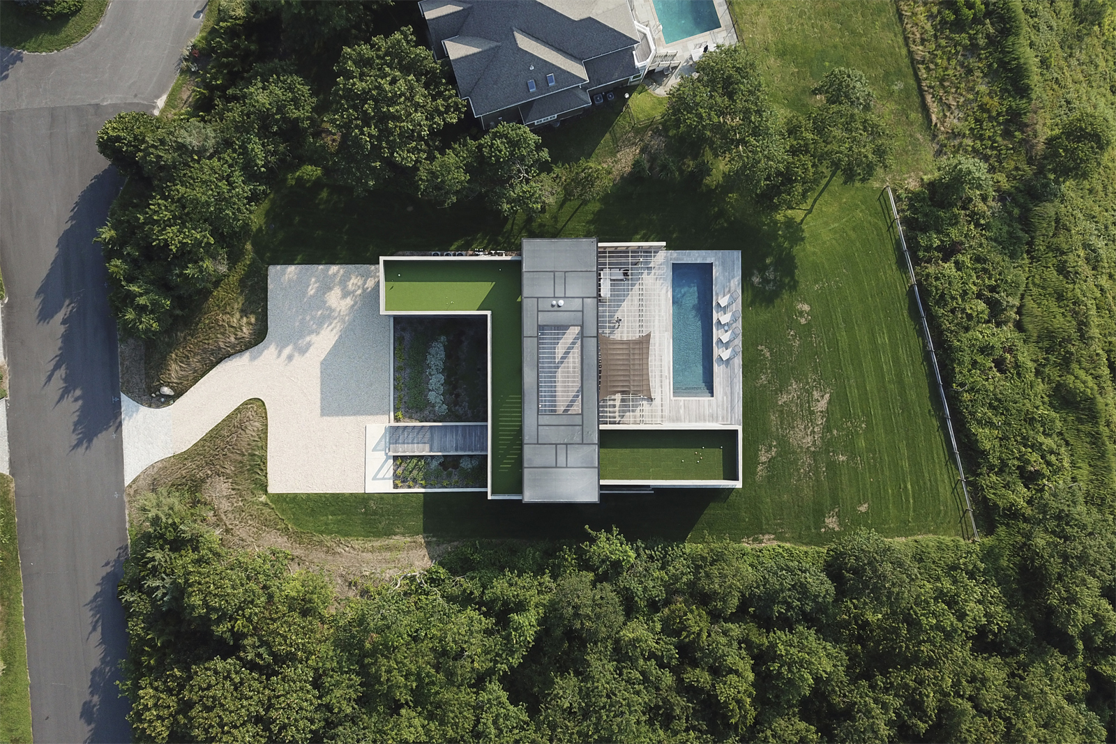 25-res4-resolution-4-architecture-modern-modular-house-prefab-home-north-fork-bluff-house-exterior-top-view-drone-shot.jpg