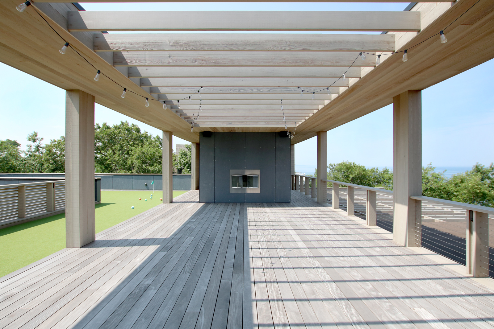 10-res4-resolution-4-architecture-modern-modular-house-prefab-home-north-fork-bluff-house-exterior-roof-deck-lounge-trellis-fireplace-golf-course.jpg