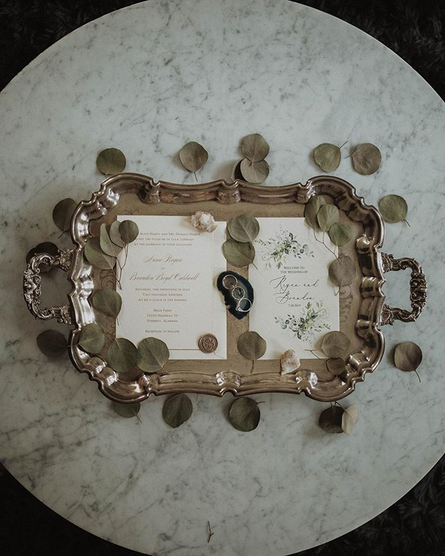 I tried to find a silver tray for this particular wedding day, but had no luck. When I arrived to @bellefarmevents, I saw this exact one sitting on their table✨✨ they literally have all your vintage needs!
