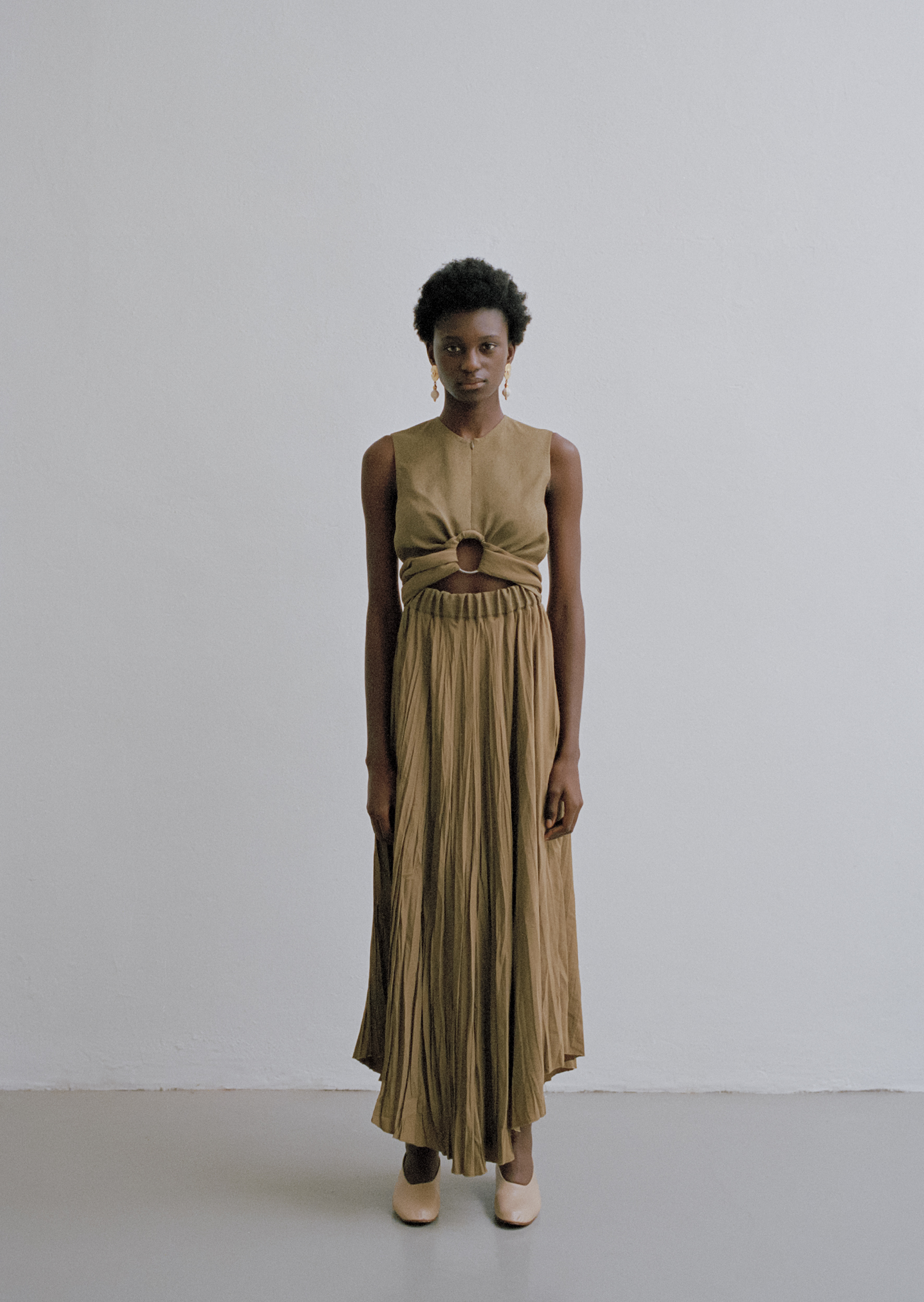 Raw linen and crush-pleated dress, golden pendant earrings MADAME PAULINE VINTAGE