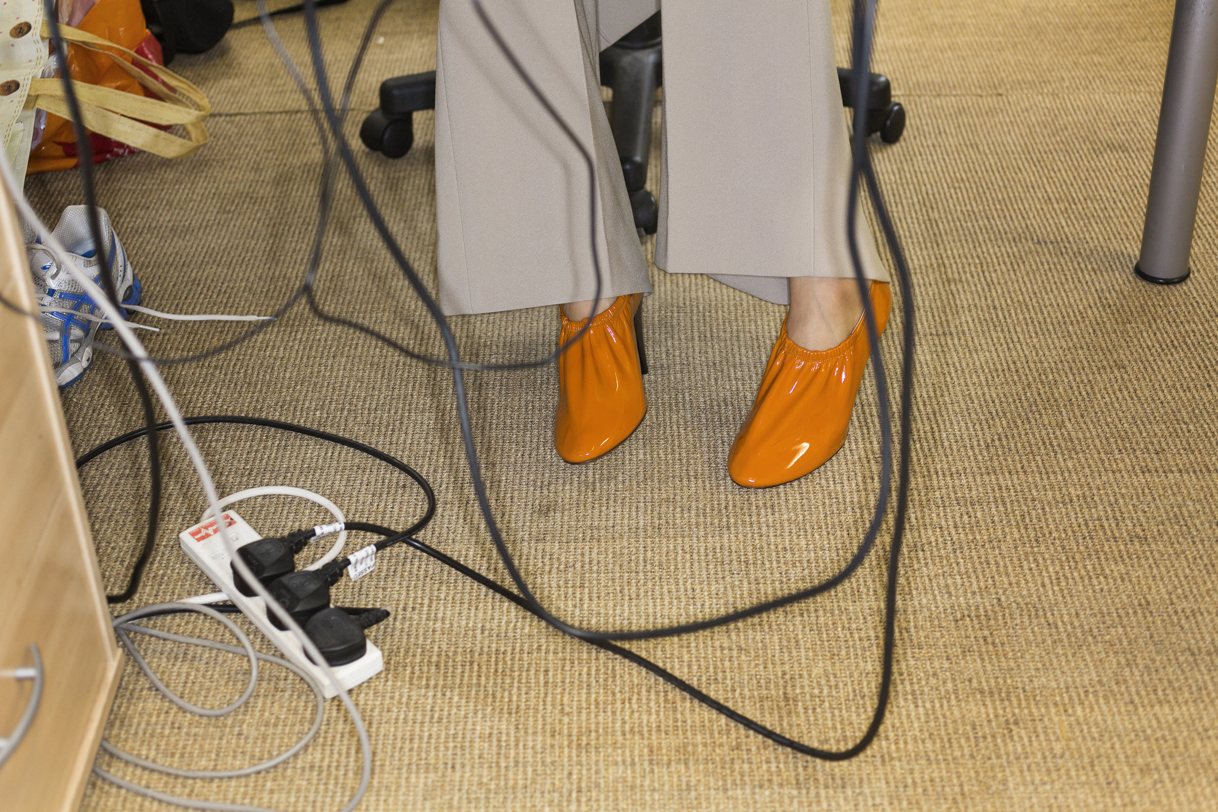 Orange soft patent calfskin pumps CÉLINE, high wasted flared trousers AMELIE BELUZE.