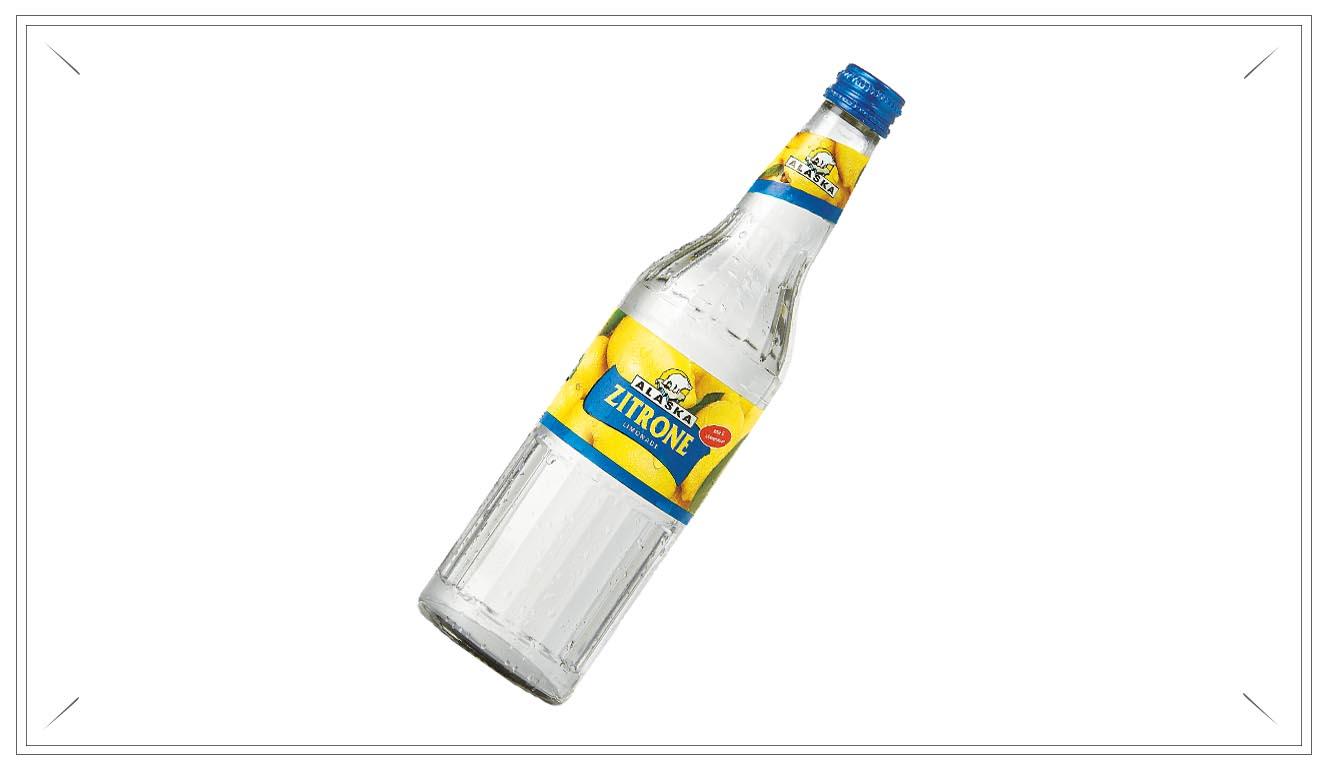 AL103 - Alaska Zitrone Limonade 0,5l - Wasser, Zucker, Kohlensäure, Säuerungsmittel Citronensäure, natürliches Aroma, Vitaminmischung: Nicotinsäureamid, Vitamin B6, Biotin, Vitamin B12.Preis p. Liter 3,00€ inkl. 0,08 PfandPreis pro Flasche 1,50 € (inkl. Pfand 0,08 €)AL103Preis pro Kasten 17,00 (inkl. Pfand 3,10 €))AL103a