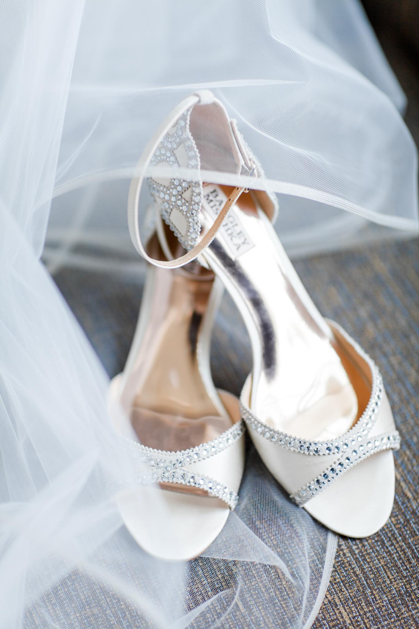 Badgley Mischka Bridal Shoes | details shot | Jessa Anderson Photography | Sixpence Events & Planning wedding blog | Hyatt Place St Paul