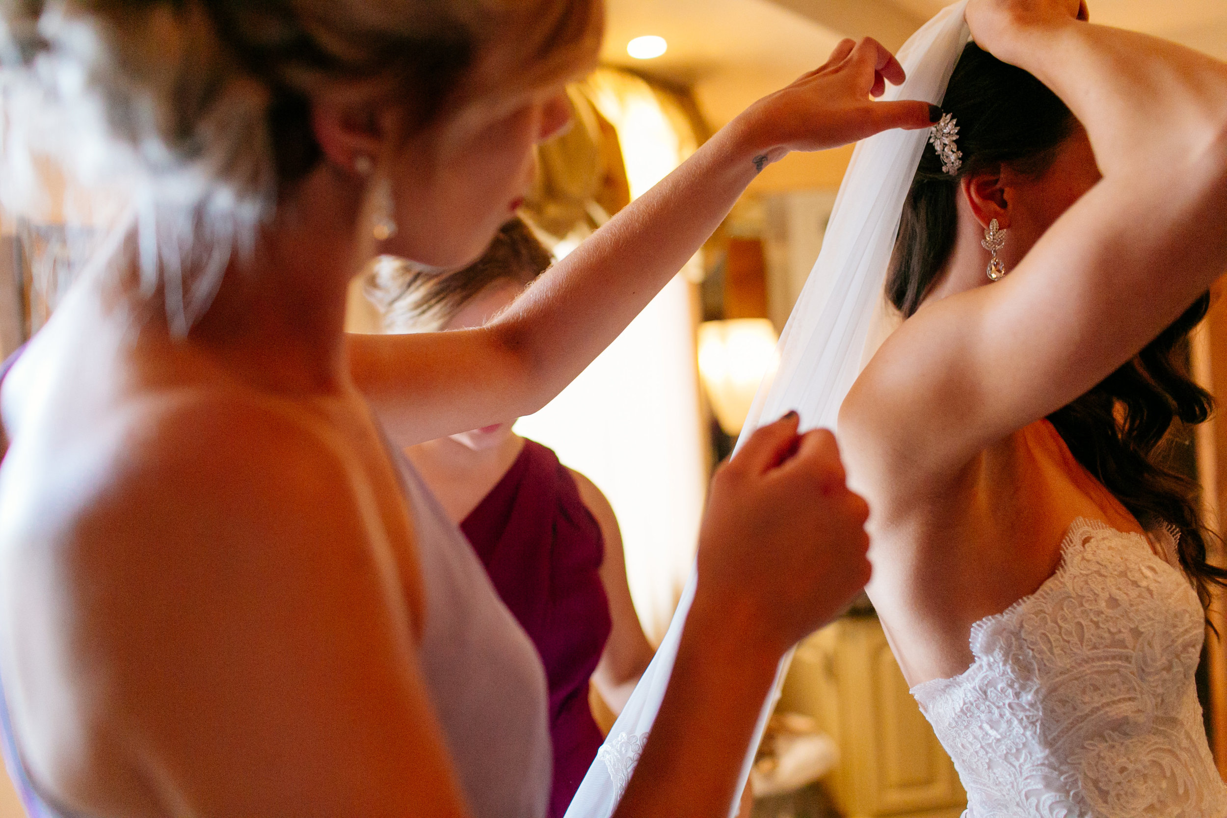 How to Capture Your Getting Ready Photos | Leah Fontaine Photography | Getting ready photos putting on your veil