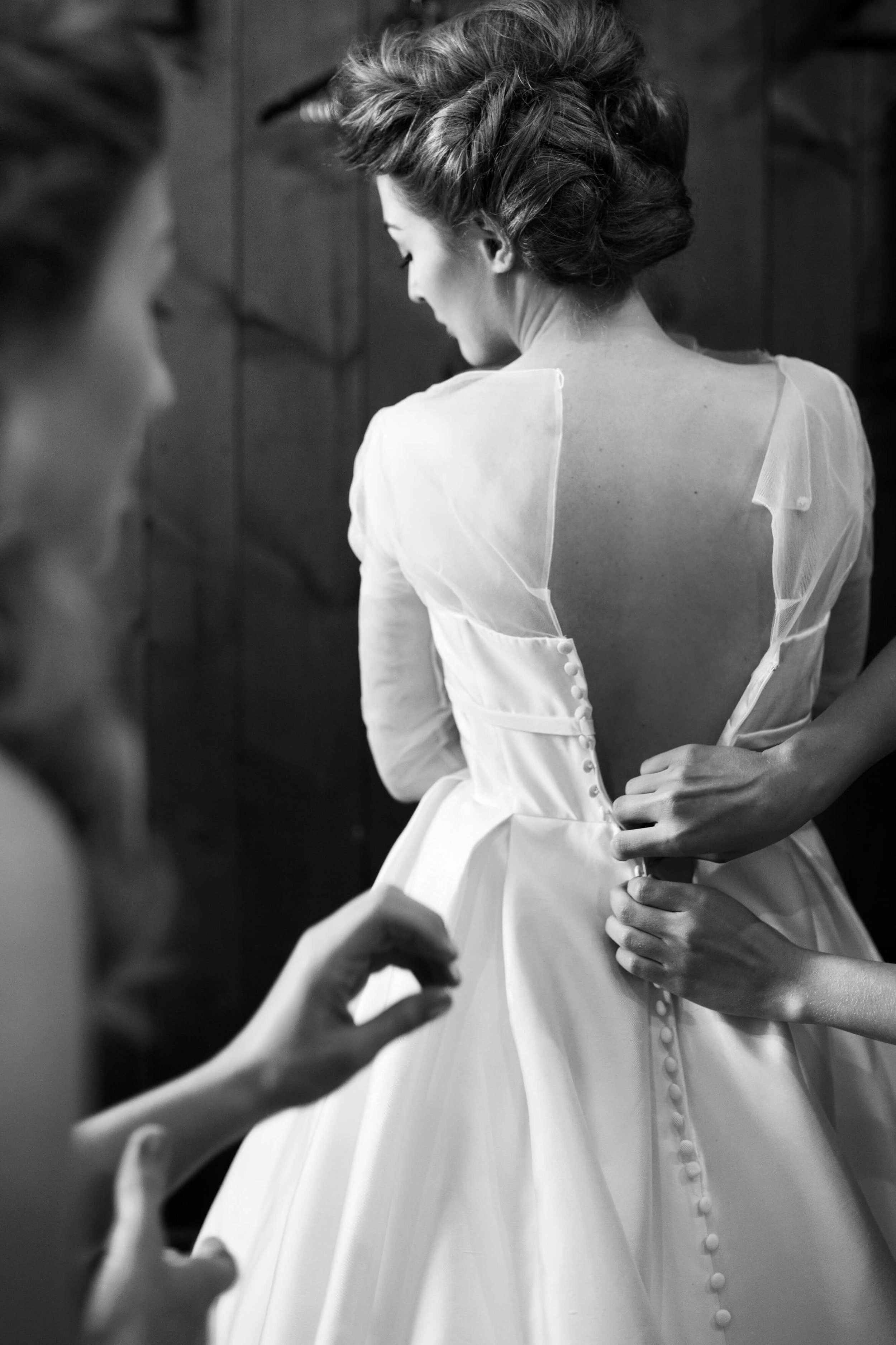 buttoning brides gown | sixpence events and planning | Studio KH wedding photographer