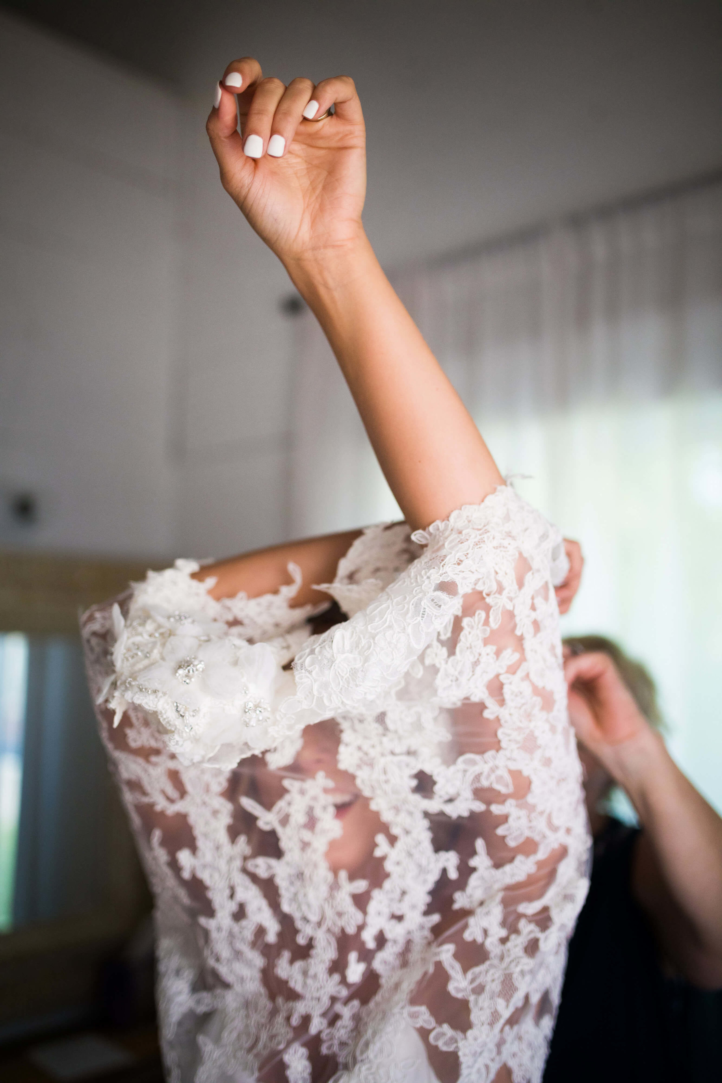 bride putting on top over her head! Studio KH wedding photographer | Sixpence Events and Planning
