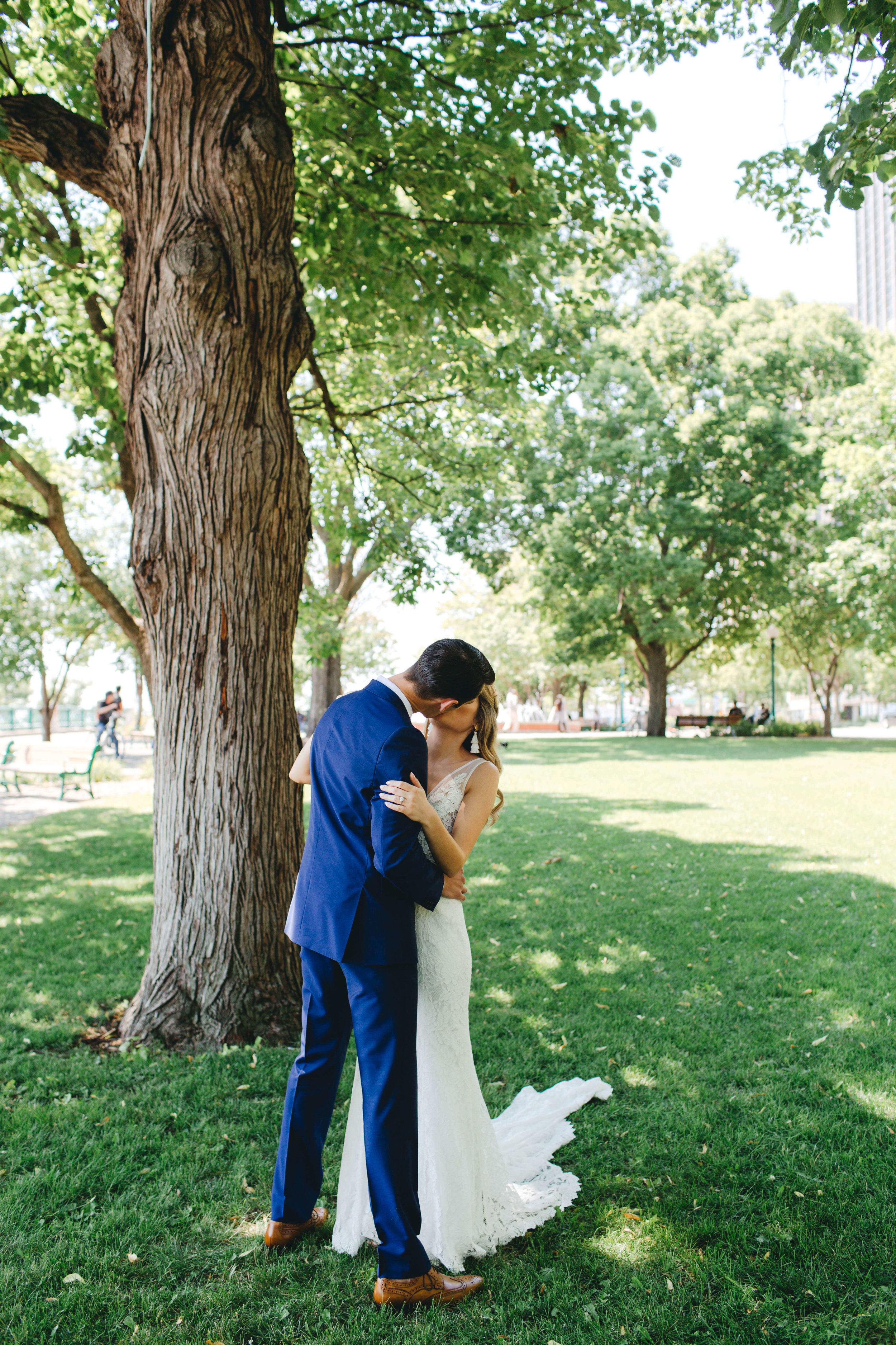 Roy Son Photography | Raspberry Island and Octo Fish bar | Minneapolis wedding planner Sixpence Events | kiss me under the tree
