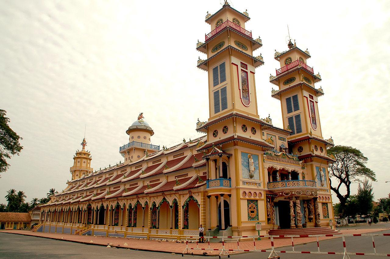 Cao Dai Temple wide angle image, shot by Vashikaran Rajendrasingh,13 July 2007 (original upload date)