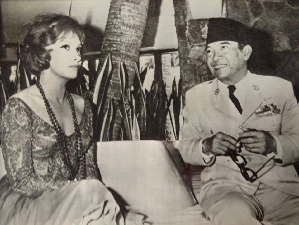 President Sukarno and Italian actress Gina Lollobrigida, Acapulco, Mexico, 1960 -https://www.facebook.com/pg/Indonesia-Tempo-Dulu-247931668557102/photos/?ref=page_internal