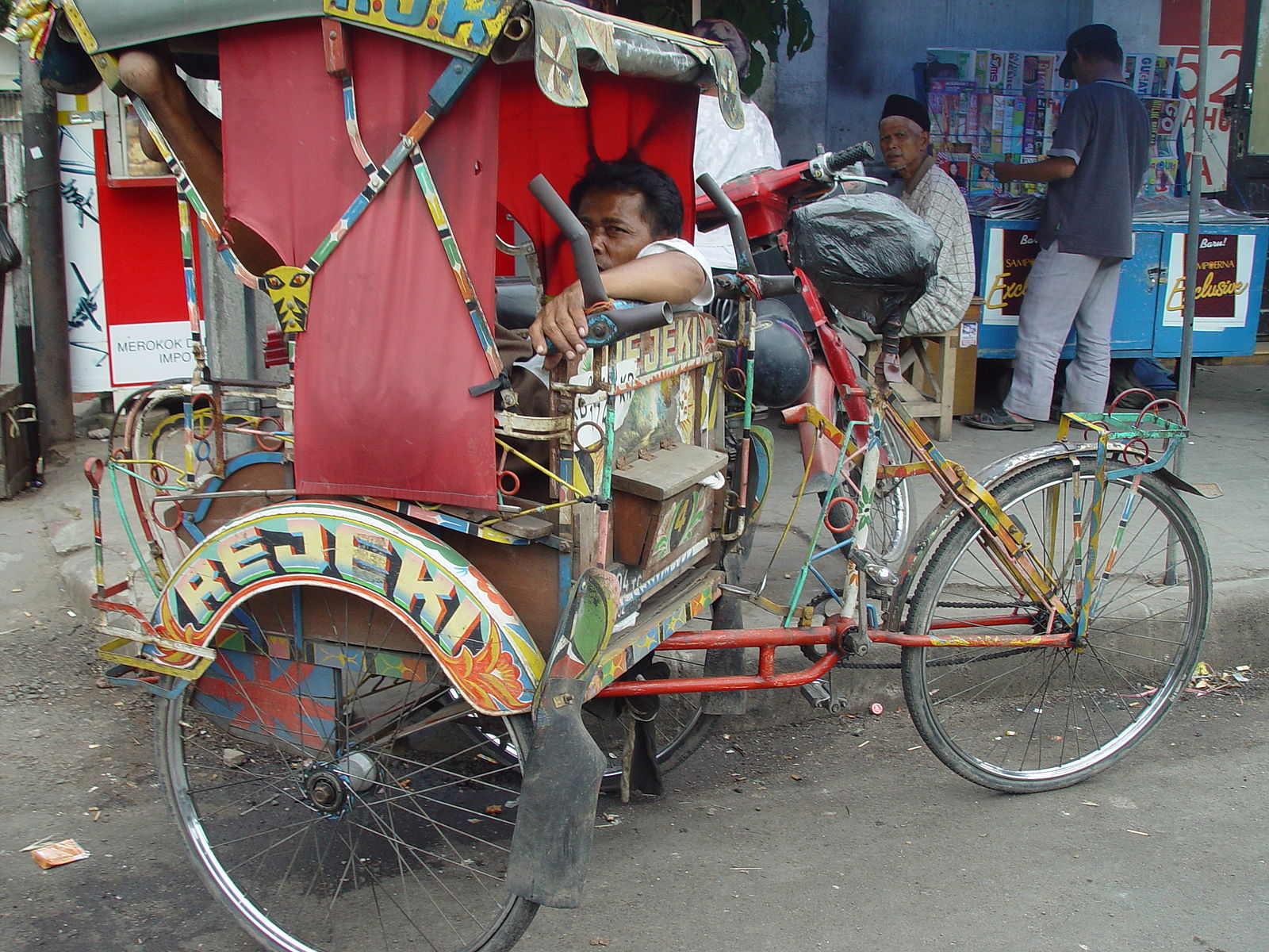 """Becak and driver, Bandung Indonesia"" (photo by Jonathan McIntosh, 2004, Wikimedia Commons)"