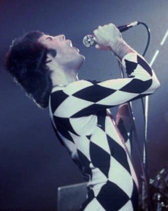 FreddieMercurySinging1977.jpg