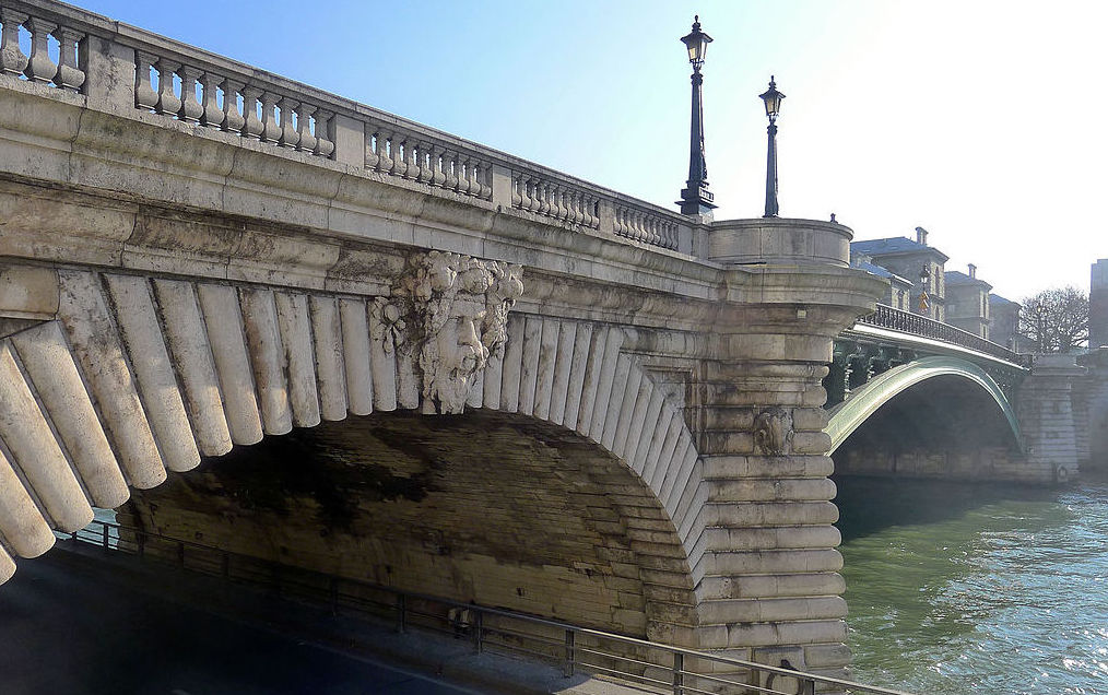 Pont Notre-Dame - Paris IV, by Mbzt (cropped by RYC), Wikimedia Commons