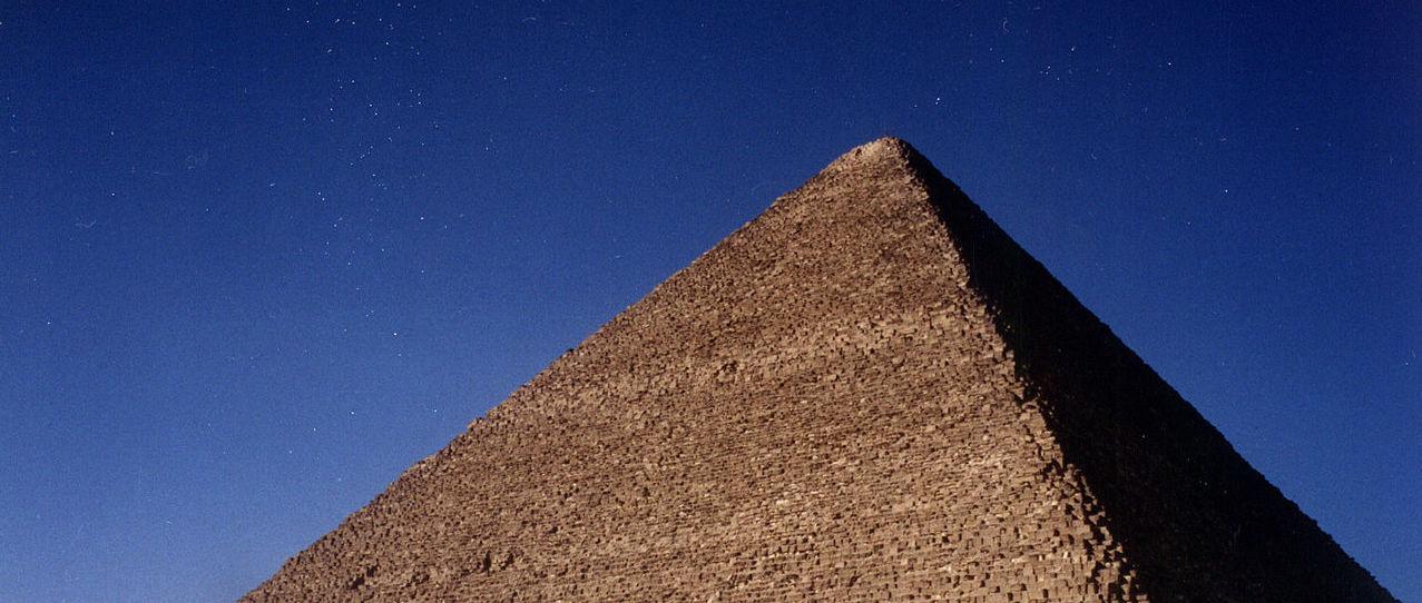 Piramida Cheopsa, photo (cropped by RYC) by Janusz Recław (Wikimedia Commons)