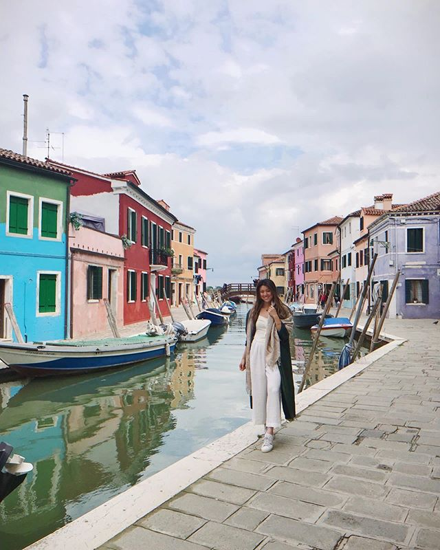 "🇮🇹 adventures are over, but can't help daydreaming about the cutest little houses on Burano 😻 📍Burano, Venice  #funfact / the houses are painted different colors so the fishermen wouldn't ""accidentally"" wander into the wrong house 😏  #pattitravels #venice #burano #travel"