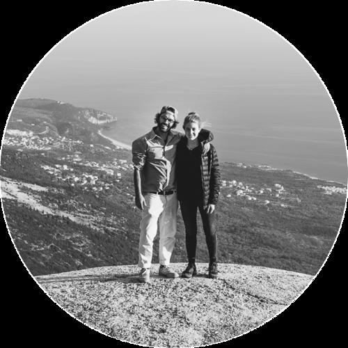 LIVIA NOLL & KAI BECKER - Kai und Livia sind der Meinung, dass das Leben zu kurz ist, um immer dasselbe zu tun. Deshalb ziehen sie so oft es geht hinaus in die Welt, um zu reisen und ihre Abenteuer in Fotos und Geschichten festzuhalten. 2017 erfüllten sie sich den großen Traum und fuhren im eigenen VW-Bus gute 15.000 Kilometer vom nördlichsten Punkt Schottlands bis zum südlichsten Punkt Griechenlands. Wenn sie nicht gerade on the road sind, dann verdienen sie ihr Geld in ihrer Wahlheimat Berlin. Und planen das nächste Abenteuer.www.daskurzeleben.de