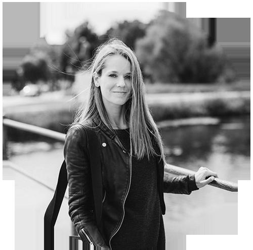 ELENA KRÄMER - Elena ist in Köln geboren und lebte fünf Jahre im wunderschönen Berlin, wo sie ihre Liebe zu Fotografie und Design entdeckte. Inzwischen wohnt sie an der Ostsee und bereist von dort die ganze Welt als Hochzeitsfotografin. Elena liebt skandinavisches Design, grünen Tee und Himbeersorbet (auch im Winter). Bevor sie auf Reisen geht durchstöbert sie viele Blogs nach verwunschenen Orten, stylischen Cafés und liebevollen kleinen Geschäften.www.traumanufaktur.com
