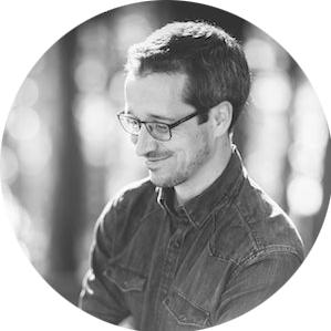 CHRIS EBERHARDT - Chris ist reisebegeisterter Fotograf, Sneakerhead, Kaffeeliebhaber und Tagträumer. Wenn er sich nicht gerade um Zahlen und Daten bei einem Telco Unternehmen kümmert, findet man ihn auf Hochzeiten beim Fotografieren oder irgendwo in der Weltgeschichte unterwegs, um mal wieder eine große Ladung Fernweh nach Hause zu bringen. Beides, Hochzeits- und Reisefotografie, haben für ihn etwas gemeinsam: es gilt dabei, Neues zu entdecken und vielfältige Emotionen, Charaktere und Kulturen abzubilden.www.chriseberhardt.de
