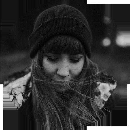 NADINE SCHACHINGER - Das Wiener Stadtkind, das es aufs Land vertrieb. Mit der Kamera in der einen und Pinseln in der anderen Hand lief sie schon als Kind mit offenen Augen durch die Welt. Nach ihrem Studium in Salzburg und ihrem beruflichen Aufenthalt in Los Angeles trieb es sie zurück in die Alpen. Kreativ sein kann sie überall - seit mittlerweile 6 Jahren in den bayrischen Bergen, wo sie mit ihrer besseren Hälfte auf einem Bauernhof im Grünen lebt und als freie Fotografin und Illustratorin arbeitet.www.herz-flimmern.com
