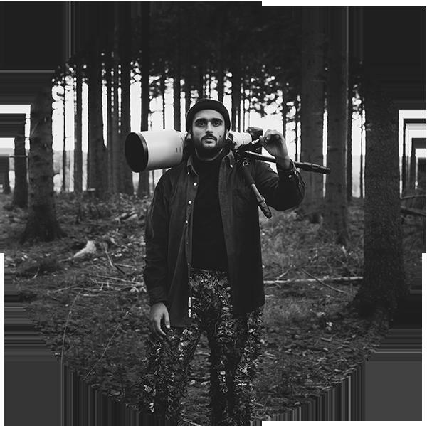 ALESSANDRO SGRO - Alessandro Sgro ist Wildlife- und Naturfotograf. Er ist 27 Jahre alt und lebt in Düsseldorf. Mit der Fotografie hat er 2018 begonnen und es sofort lieben gelernt. Aufgewachsen ist er auf dem Dorf und man wird den Dorfjungen wohl nie aus so ganz aus ihm rausbekommen. Seinen Job als Industriemechaniker hat er hinter sich gelassen und ein Studium im Bereich Nachhaltigkeit angefangen.Am liebsten ist er draußen im Wald und suche nach Wildlife, genießt die Stille oder bereist die Welt auf der Suche nach wilden Tieren in ihrem natürlichen Lebensraum.Am liebsten geht er mit seinem Landy auf reisen, welche auch gleich ein Zuhause auf vier Rädern ist.Privat bin ist er ein Familienmensch und liebe es Zeit mit seiner kleinen Familie und seiner Freundin zu verbringen. Es gibt für ihn kein schöneres Gefühl, als nach einem tollen Abenteuer nach Hause zu kommen.www.alessandrosgro.com