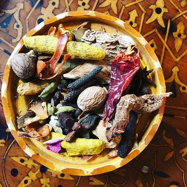 Desde mi viaje a Marrakesh y  la creación del #spicyalegria con @anjalinachugani_soulspices estoy cada vez más fascinada con las especias medicina. 🤸🏾♂️🌈 ⠀⠀⠀⠀⠀⠀⠀⠀⠀ No hay plato donde no las añada de una forma u otra. Una vez pierdes el miedo a combinarlas y encuentras el punto de equilibrio entre ellas ya no hay marcha atrás. En realidad se convierte en algo intuitivo. Canela, cardamomo, cúrcuma, pimienta negra, cayena, clavo, curry, vainilla, comino... ,a veces para dar un toque sutil y a veces para conseguir una receta con personalidad, son un festival de sabores y una joya para la salud.💎 ⠀⠀⠀⠀⠀⠀⠀⠀⠀ ⠀⠀⠀⠀⠀⠀⠀⠀⠀ Que especia o hierba es la que predomina en tu cocina??? 🌶🍃 ⠀⠀⠀⠀⠀⠀⠀⠀⠀ ⠀⠀⠀⠀⠀⠀⠀⠀⠀ #spicyalegria #especias #nutretuladomasautentico #cocinacolorinchi #alimentosmedicina #exotismoentuplato