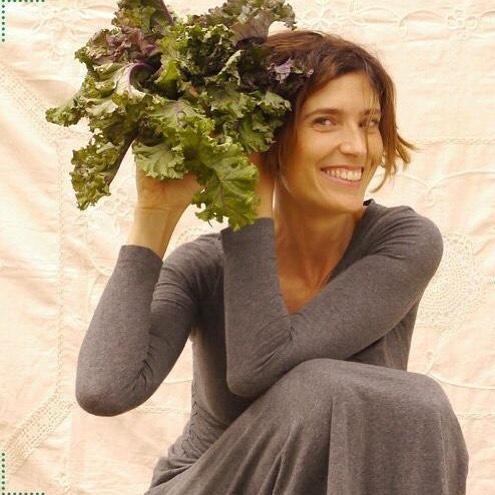 Después de la temporada de verano en que escasea la col Kale... ya vuelve a asomar las hojitas por algunas verdulerías!!!🥦🥒🍅 ⠀⠀⠀⠀⠀⠀⠀⠀⠀ Alguna vez me han preguntado, si fueras un alimento que serías? Y yo sin duda una col kale!! De hecho mi pelo lo parece 😂. ⠀⠀⠀⠀⠀⠀⠀⠀⠀ La col Kale es súper nutritiva. Considerada un súper alimento. Fuente de calcio y repleta de aminoácidos... incluso de algunos de los esenciales que escasean en la alimentación vegana. Muy beneficiosa para bajar la tensión arterial.💊 ⠀⠀⠀⠀⠀⠀⠀⠀⠀ Si la tomas en crudo, recuerda que le encaaaaanta que la masajees antes con el aderezo que sea de tu preferencia. De esta forma las fibras se aflojarán y será más friendly al paladar. ⠀⠀⠀⠀⠀⠀⠀⠀⠀ Cómo tomas o preparas tu la Kale? ⠀⠀⠀⠀⠀⠀⠀⠀⠀ ⠀⠀⠀⠀⠀⠀⠀⠀⠀ #colkale #kale #nutretuladomasautentico #kalegria #superalimento