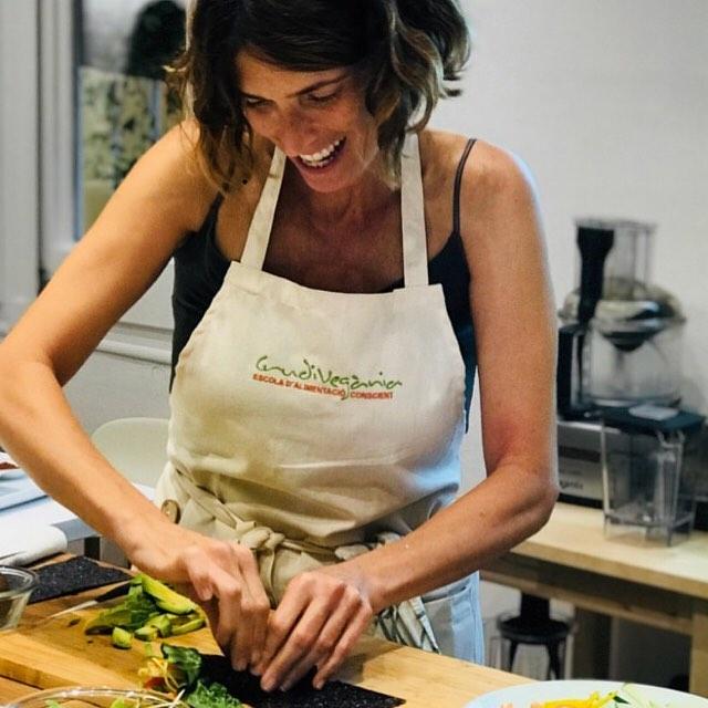 """Que feliz soy en la cocina!!! Hay días que regreso a casa agotada física y mentalmente después de un taller porque lo doy todo, mi pasión no se dosifica... y sabéis qué es lo primero que hago al día siguiente después de haber descansado???... EXACTO!!! Ir a la cocina. 😃🤸🏾♂️ ⠀⠀⠀⠀⠀⠀⠀⠀⠀ Es mi hábitat!!! Mi lugar preferido de la casa, mi refugio, mi lugar de inspiración!!! Aromas, sabores, colores, texturas... y sobre todo mucho calorcito para el corazón.❤️🍎🥑🥦🥒🥕🌶 Quedan pocos días para mi próxima masterclass """"All aRAWn the World"""". 🌎🌏🌍Mi versión raw de platos del mundo, paises que he tenido el placer de conocer: Japón, Israel, México, Brasil, Tailandia 🇯🇵🇮🇱🇮🇹🇧🇷🇹🇭 ⠀⠀⠀⠀⠀⠀⠀⠀⠀ Será el sábado 20 de octubre dentro  del Máster de  Alimentación Consciente y Ecococina Viva de @crudivegania . ⠀⠀⠀⠀⠀⠀⠀⠀⠀ ⠀⠀⠀⠀⠀⠀⠀⠀⠀ @crudivegania #nutretuladomasautentico #rawfood #allarawndtheworld #amorporlacocinasaludable"""