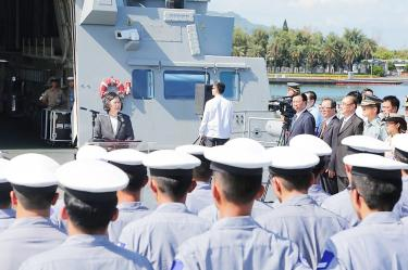 President Tsai Ing-wen yesterday addresses dignitaries and the crew of the frigate Dyi-huah at Zuoying naval base in Kaohsiung. Photo: ROC Ministry of National Defense