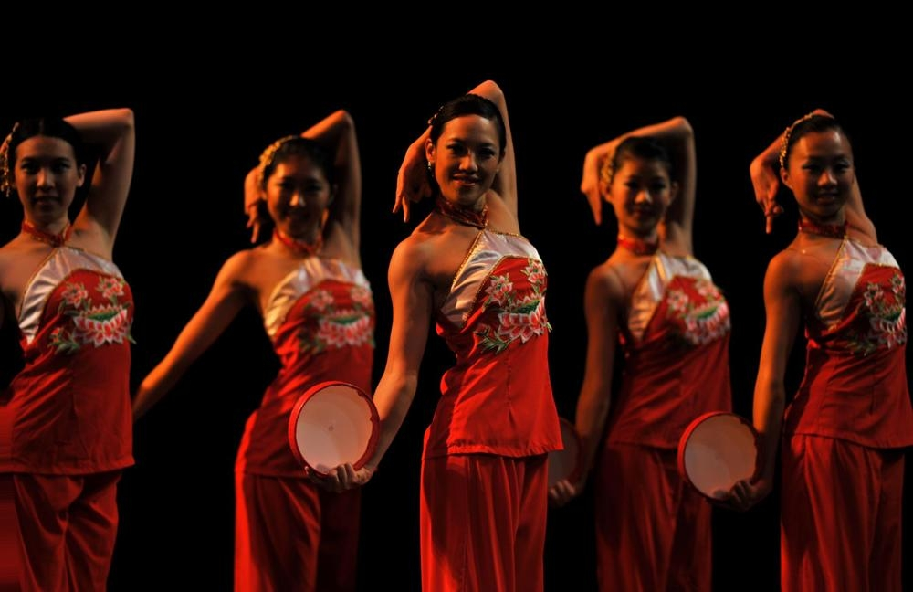 This tambourine dance is representative of the Han people, who make up the majority of the Chinese population. The percussive rhythm and energetic movements convey the vibrancy of this group.