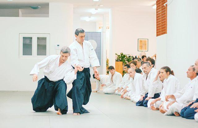 """🔎 A differenza di molte arti marziali dove ci si allena """"contro"""" un avversario, nell'Aikido ci si allena insieme a un partner (compagno di studi). Nell'Aikido ogni partner è la metà del tutto e ciascuno ha uguale responsabilità nell'esperienza dell'apprendimento. 🤓  Non c'è competizione nell'Aikido, nessun conflitto tra persone che si allenano insieme. 🌈 Questo weekend OPEN DAY 👉link in Bio per tutti i dettagli!"""