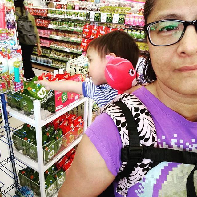 One of the hazards of a #BackCarry: an inadvertent shoplifter and mischief maker! Make sure you give lots of leeway for a kid who likes to touch!  If you need help learning how to wear your baby in a back carry, I can help! Available for in-person private consults in San Diego County and Temecula!  #TieBreakerBerling @babytula #TulaLove #TulaMuse #MomLife #SanDiegoMom @sandiegocarries #BabyWearing